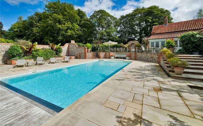 Không gian ngoài trời gồm bể bơi, sân chơi tennis rất thích hợp cho vị Hoàng tử đam mê thể thao.