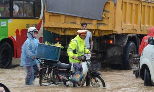 CSGT hỗ trợ người qua đường.