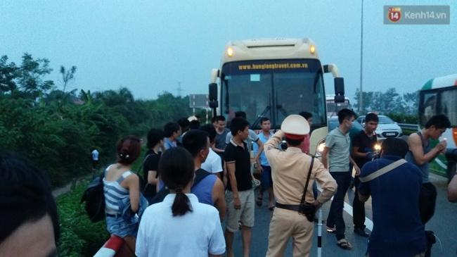 Nhiều khách phải xuống xe khi cách HN khoảng 4km vì xe chở quá số người quy định. Ảnh: Thế Long