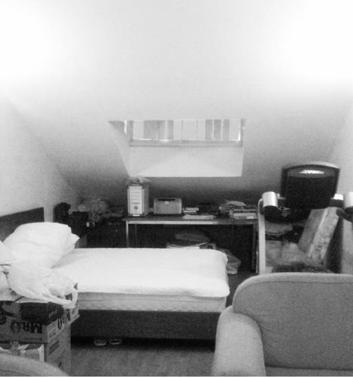 Phòng ngủ nhỏ có không gian vô cùng chật chội và bí bách.