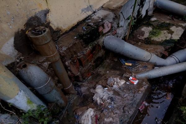 Hệ thống xử lý nước thải ở bệnh viên hoen gỉ, hư hỏng không có còn tác dụng