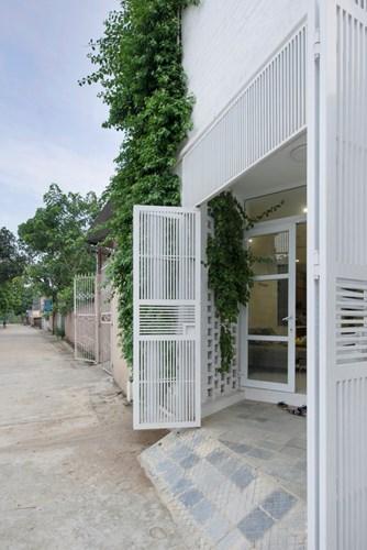 Từ cánh cửa sắt, cửa kính cho tới những bức tường đều được phủ một lớp sơn màu trắng.