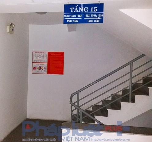 Trong khi đó, tiêu lệnh PCCC lại nằm một góc cạnh cầu thang bộ, ít người qua lại và xa hộp cứu hỏa.