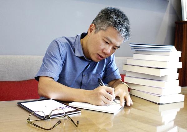 Giáo sư Ngô Bảo Châu kí tặng sách cho độc giả Trạm Đọc
