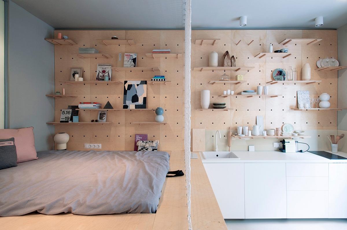 Thiết kế tường gỗ đục lỗ là một trong những thiết kế ấn tượng, thông minh với một căn hộ nhỏ như thế này.