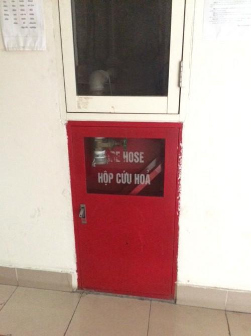 Hộp cứu hỏa trống không có dụng cụ. (Ảnh chụp ngày 11/8)