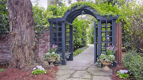 Chiếc cổng xinh xắn bằng sắt dẫn vào khu Biệt thự.