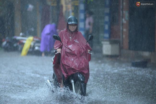 Dù đã mặc áo mưa nhưng nhiều người vẫn ướt sạch. Ảnh: Đại Thế Nguyễn