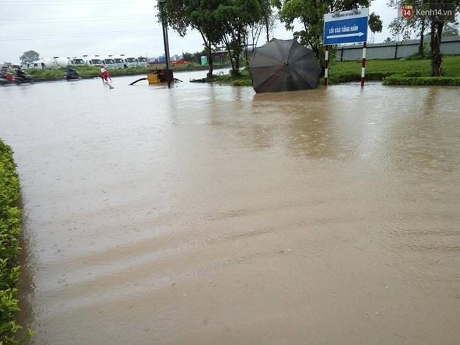 Nước ngập sâu nên nhiều phương tiện không thể đi qua được. Ảnh: Lê Bảo