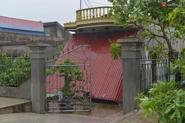 Các ngôi nhà cách biển 1km đã dùng những tấm tôn lớn che chắn trước cửa . Ảnh Phương Thảo