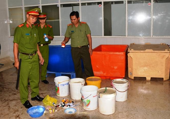 Một lượng lớn agar và dụng cụ bơm chích tạp chất tại hiện trường