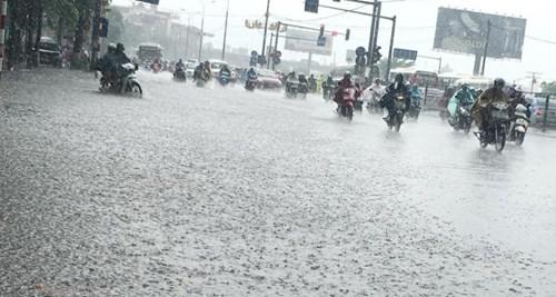 Đường Hà Nội thành sông, ùn tắc kinh hoàng dưới mưa - ảnh 1