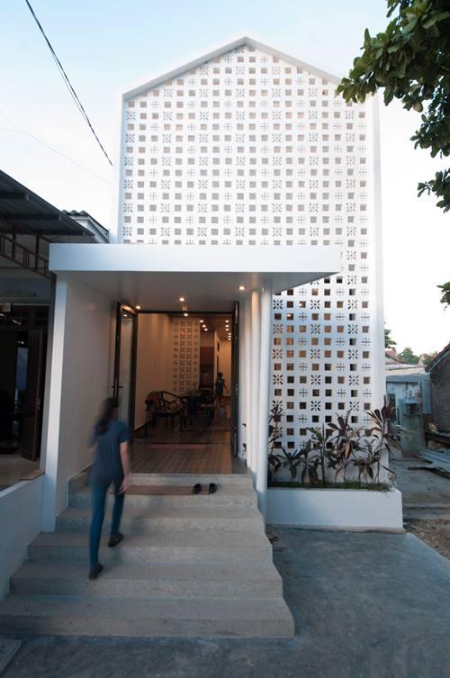 Sự lột xác ngoạn mục sau khi được cải tạo, nền nhà được nâng lên cao, không gian trong nhà vô cùng hiện đại và sáng sủa. Điểm nhấn đặc biệt của căn nhà này ngay từ cái nhìn đầu tiên là bức tường gạch hoa lạ mắt trước nhà.