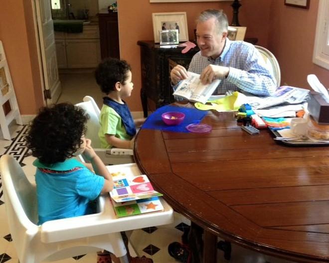 Đại sứ Osius hướng dẫn các con đọc sách. Ảnh: FBNV