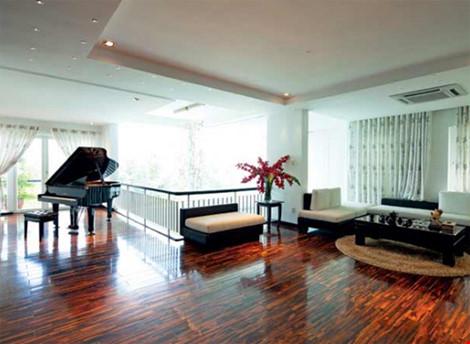 Phòng khách với cây đàn piano thân thương là nơi Hồ Ngọc Hà thường xuyên lui tới trong nhà.
