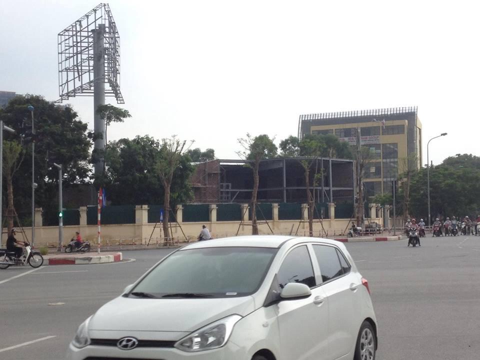 Cùng với việc mở nhà hàng kinh doanh, nhiều hạng mục công trình vẫn đang được xây dựng trong khuôn viên đất dự án.