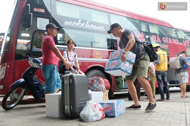 Những túi xách, hành lí lớn theo chân người dân trở về thành phố. Ảnh: Định Nguyễn