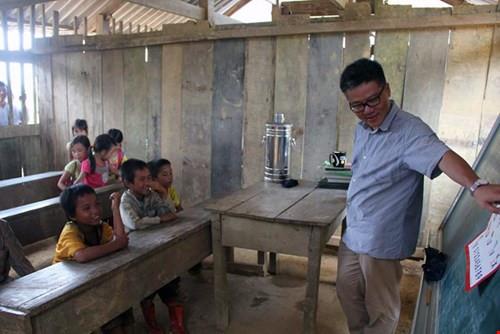 Giáo sư Châu hăng say giảng bài trong sự hào hứng của các em nhỏ vùng cao. Ảnh: Facebook