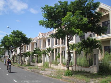 Các biệt thự nằm xen kẽ nhau trên đường Thăng Long, mặt hướng ra sông rất đẹp.