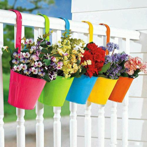 Những chậu trồng hoa kim loại nhiều màu sắc có móc treo lên lan can thế này cũng là sự lựa chọn lý tưởng biến góc nhỏ ban công thành không gian ngập tràn hoa cỏ và sắc màu.