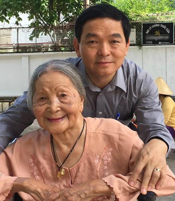 CEO Lê Viết Hải và mẹ. Ảnh: NVCC.