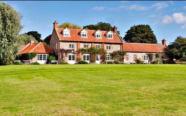 Ngôi nhà sắp mua của Hoàng tử Harry nằm ở Wighton, Norfolk nằm cách khối bất động sản Sandringham của Nữ hoàng chỉ vài phút và cách ngôi nhà của gia đình William - Kate khoảng 30km.