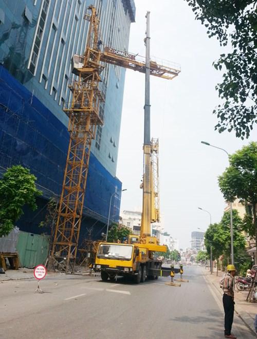 Lắp đặt cẩu trục tháp là hạng mục quan trọng để tiếp tục phá dỡ giai đoạn 2 phần vi phạm nhà 8B Lê Trực