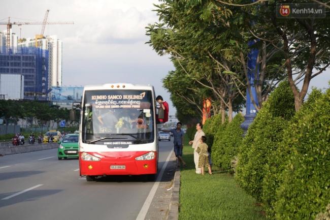 Xe khách khoảng 45 chỗ chở hành khách từ Phan Thiết về bến xe Miền Đông (TPHCM) bị chết máy giữa Xa lộ Hà Nội đoạn thuộc quận 2 khiến hành khách phải leo cửa sổ ra ngoài. Ảnh: Tứ Quý