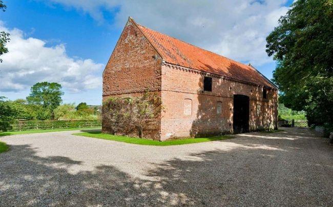 Một ngôi nhà nằm riêng trong khuôn viên, có thể nó sẽ được cải tạo khi thuộc quyền sở hữu của Harry.