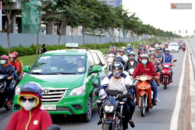Tại khu vực cửa ngõ phía Đông Sài Gòn, phương tiện lưu thông từ Xa Lộ Hà Nội về trung tâm thành phố tuy có đông nhưng di chuyển ổn định. Ảnh: Tứ Quý