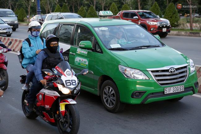 Nhiều gia đình chọn đi xe máy chở theo đồ đạc và hàng hóa lỉnh kỉnh trở về thành phố làm việc. Ảnh: Tứ Quý