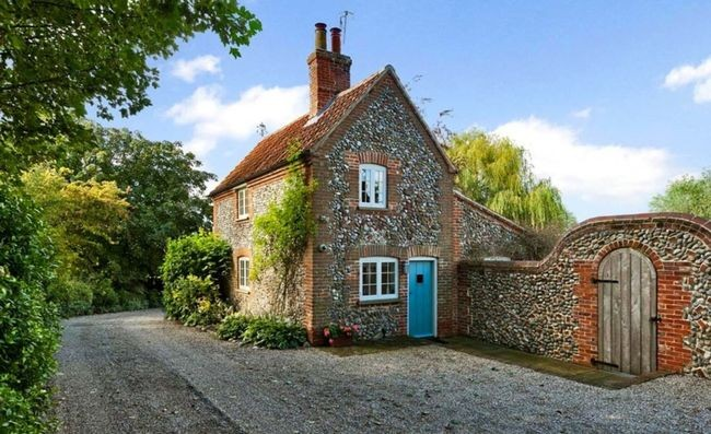 Xung quanh ngôi nhà trồng nhiều cây xanh tạo bóng mát và mang hơi hướng miền quê nước Anh.