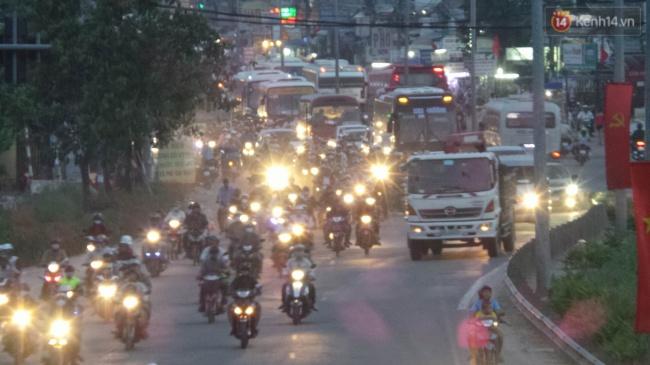 Tại cửa ngõ phía Tây Sài Gòn, lượng phương tiện bắt đầu nối đuôi nhau hướng về thành phố. Ảnh: Tứ Quý