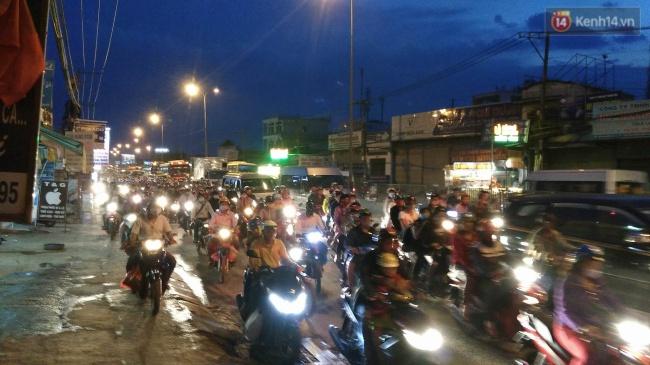 Quốc lộ 1A đoạn gần cầu Bình Điền, lưu lượng xe đông, các phương tiện di chuyển chậm. Ảnh: Tứ Quý