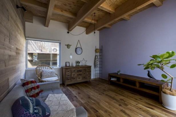 Nội thất bên trong ngôi nhà hầu hết được làm từ gỗ tạo không gian ấm cúng mà không kém phần sang trọng cho ngôi nhà.
