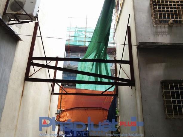 Bộ khung sắt được lắp đặt để chống đỡ tòa nhà đã rỉ sét.