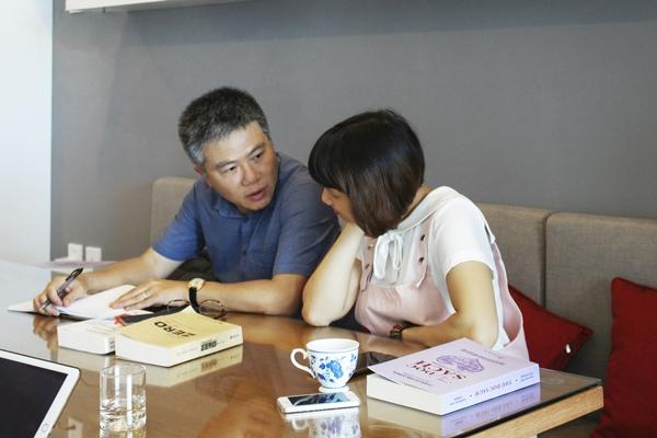 GS Ngô Bảo Châu trò chuyện cùng chị Mi Ly – Điều phối viên dự án Cùng Đọc Sách