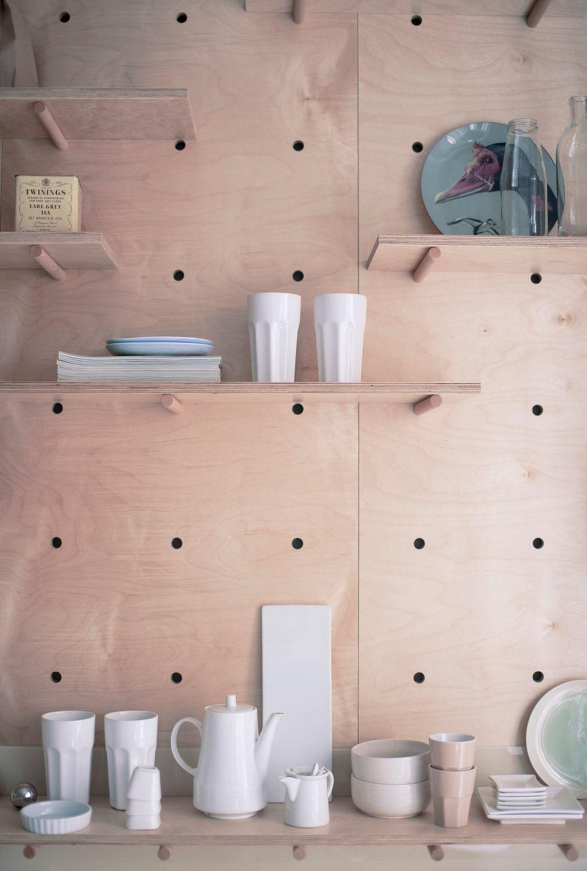 Thiết kế này cho phép bạn thỏa sức thay đổi vị trí, kích thước của những chiếc kệ mở cho phù hợp với nhu cầu sử dụng của bản thân.