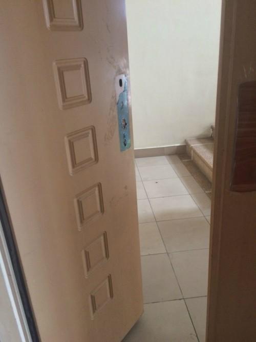 Nhiều cửa vào thang bộ bị hỏng cơ cấu tự động đóng kín. (Ảnh chụp ngày 11/8).