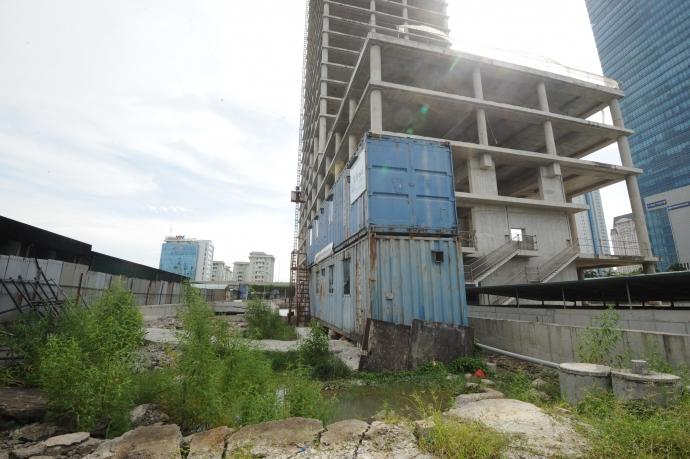 Vẫn còn nhiều vật liệu xây dựng vứt ngổn ngang tuy nhiên không thấy có dấu hiệu sẽ được sử dụng đến.