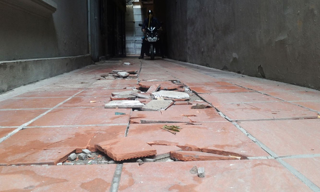 Ngõ đi lại của 6 hộ gia đình đã bị đội gạch. Nguyên nhân bởi sự sụt lún của nhà 177. Ảnh: H.Phương