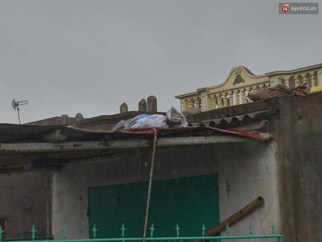 Nhiều người dân Nam Định phải dùng bao cát để giữ mái. Ảnh: Phương Thảo