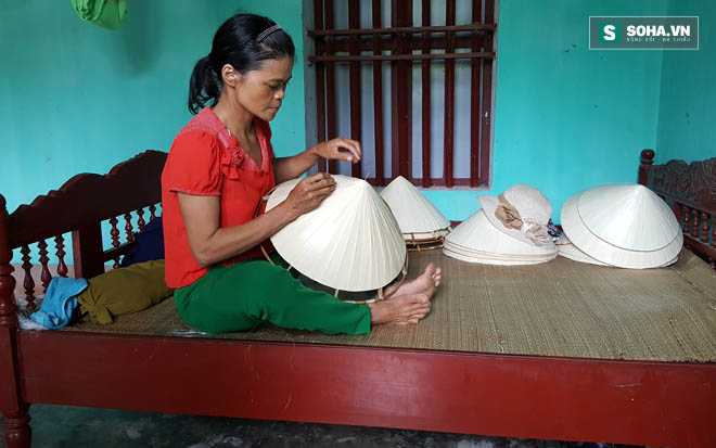 Không đủ tiền đóng góp, chị Toàn đã bị cán bộ làng xã đến nhà tịch thu chiếc giường, tài sản duy nhất của gia đình.
