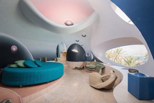Dinh thự có 10 phòng ngủ. Đây là phòng ngủ có hướng nhìn ra biển Địa Trung Hải và vịnh Cannes. Mọi nội thất bên trong đều rất ăn nhập với chủ đề bong bóng của ngôi nhà.