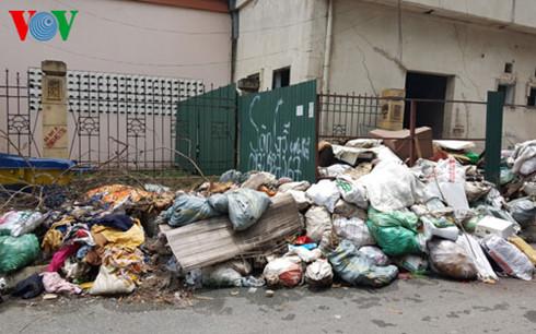 Nhà A1 khu tái định cư Đền Lừ bị rác bủa vây.