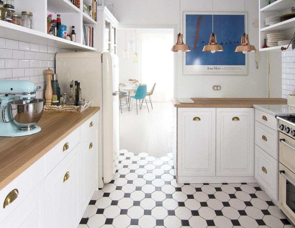 Phòng bếp với tủ bếp hình chữ L đối xứng và được lát gạch họa tiết rất sinh động và đẹp mắt.