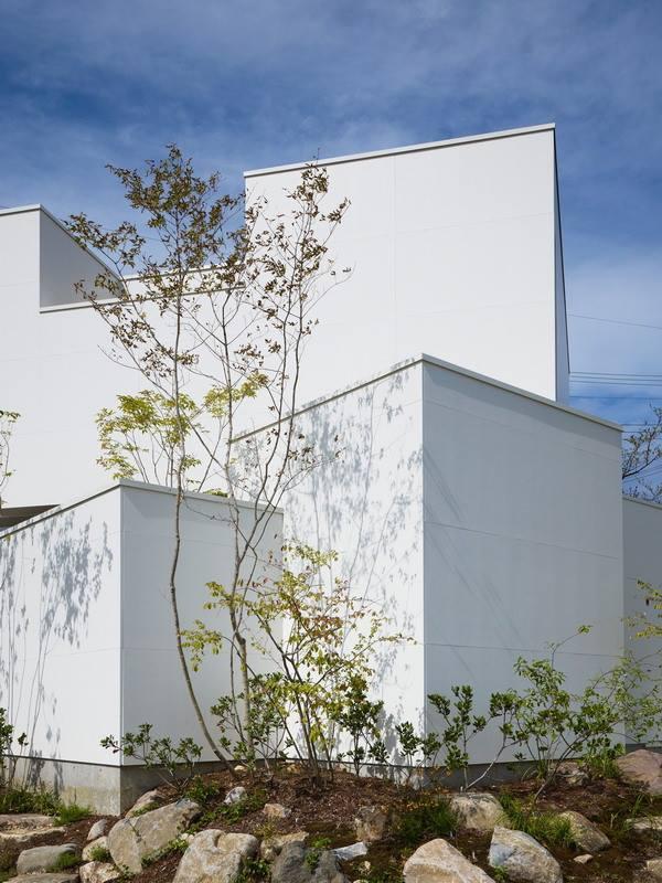 Chủ nhà dành rất nhiều không gian xung quanh để tạo cảnh quan, trồng cây xanh lấy bóng mát và không khí trong lành cho ngôi nhà.