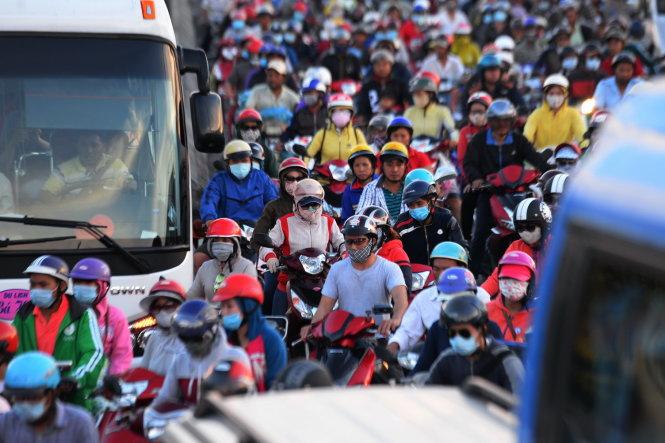 Xe máy chen chúc trên quốc lộ 1A đoạn qua địa bàn huyện Bình Chánh - Ảnh: HỮU KHOA