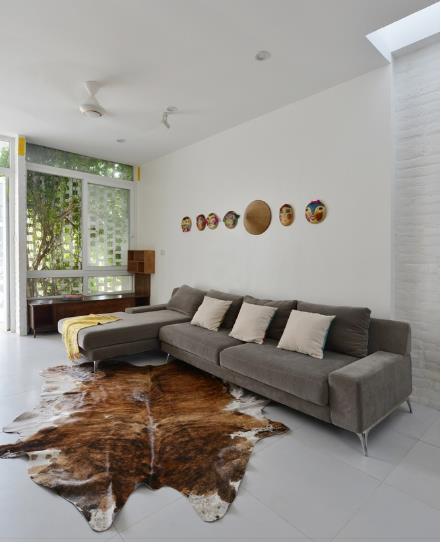 Chiếc thảm nơi phòng khách cũng sẽ thu hút sự chú ý của mọi người khi vào thăm nhà.