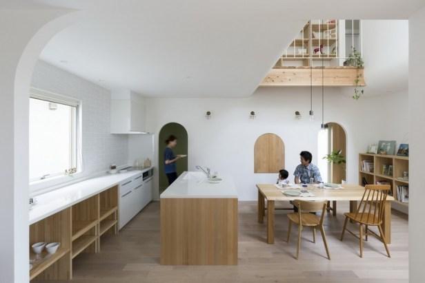 Trong nhà các không gian được bố trí mở, phòng khách thông với bếp ăn vô cùng thuận tiện với những gia đình trẻ như thế này.